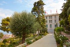Trädgård för museum för villaPaloma samtida konst med olivträdet och rosor i Monte - carlo, Monaco royaltyfria foton