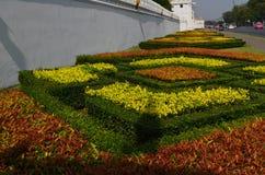 Trädgård framme av Wat Phra Kaew, Bangkok, Thailand Royaltyfri Fotografi