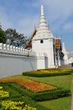 Trädgård framme av Wat Phra Kaew, Bangkok, Thailand Arkivbild
