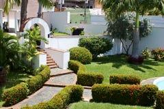 Trädgård i historiskt hus Arkivfoto