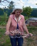 Trädgård kvinna, folk, bonde, natur, det fria, ungt som arbeta i trädgården, person, hatt, sommar, högt, grönt, åkerbrukt, gammal royaltyfri fotografi