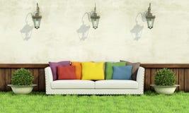 Trädgård med den eleganta soffan Arkivbild