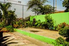 Trädgård med den härliga trädgården och ett grönt väggfoto som tas i Semarang Indonesien Royaltyfri Bild