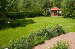 Trädgård med rosor Royaltyfria Foton
