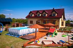 Trädgård med simbassängen och sandlådan Royaltyfria Foton