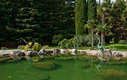 Trädgård med sjön och statyer Royaltyfri Fotografi