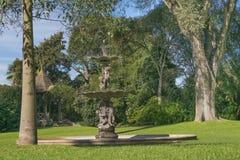 Trädgård med springbrunnen på villan Ocampo i San Isidro Buenos Aires- Royaltyfri Foto