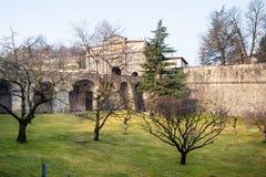 trädgård nära medeltida stadväggar av Bergamo royaltyfria bilder