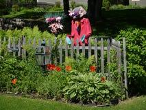 Trädgård och fågelskrämma arkivfoto