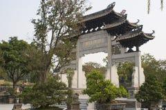 Trädgård och torii för traditionell kines Arkivfoton
