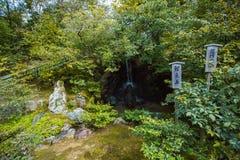 Trädgård och vattenfall i den Kinkaku-ji templet i Kyoto, Japan arkivfoto