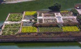 Trädgård på stadsslotten Jaipur - färgglade torn arkivfoto