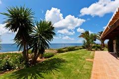 Trädgård vid havet arkivfoto