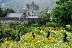 Trädgårdar av den Glenveagh slotten (Irland) arkivfoto