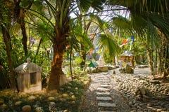 Trädgårdar av Norbulingka Institute av tibetana konster, Dharamshala, I Arkivbild