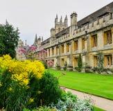 Trädgårdar, gräsmattor och historiska byggnader av Magdalen College, Oxford royaltyfri bild