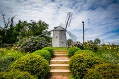 Trädgårdar och Jonathan Young Windmill, i Orleans, Cape Cod, M royaltyfria bilder