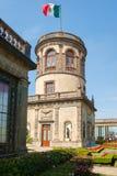 Trädgårdar och tornet med den mexikanska flaggan på Chapultepec rockerar I Royaltyfri Bild