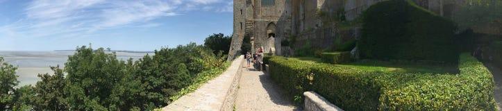 Trädgårdar på Mont Saint Michel Abbey panorama, Frankrike Royaltyfri Foto