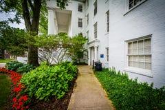 Trädgårdar utvändiga Pennsylvania Hall, på universitetsområdet av Gettysburg C Royaltyfria Bilder