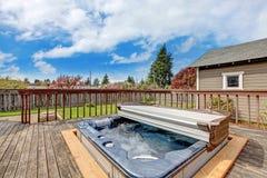 Trädgårddäck med bubbelpoolen royaltyfri fotografi