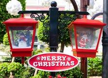 Trädgårddekor för glad jul, tropiskt foto för vinterferie Jul i sommar Utomhus- garnering för Xmas arkivfoton