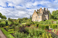 Trädgården av den Crathes slotten i Skottland, Förenade kungariket arkivbilder