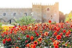 Trädgården av Santa Barbara tillsammans med den östliga vingen av den historiska slotten för ärkebiskop` s Färgrika blommor under Royaltyfria Bilder