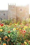 Trädgården av Santa Barbara tillsammans med den östliga vingen av den historiska slotten för ärkebiskop` s Färgrika blommor under Arkivfoto