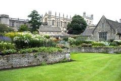 Trädgården framme av slotten Royaltyfria Bilder