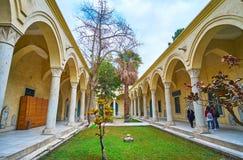 Trädgården med borggården av den Manial slotten, Kairo, Egypten royaltyfria bilder