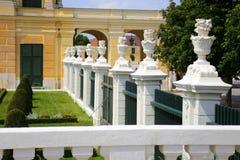 Trädgården parkerar av den Schonbrunn slotten, Wien Royaltyfria Bilder