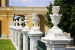 Trädgården parkerar av den Schonbrunn slotten, Wien Arkivbilder