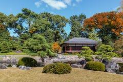 trädgården Seiryu-en och tehuset på Nijo rockerar i Kyoto Fotografering för Bildbyråer