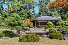 trädgården Seiryu-en och tehuset på Nijo rockerar i Kyoto Arkivfoton