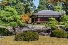 trädgården Seiryu-en och tehuset på Nijo rockerar i Kyoto Royaltyfri Foto