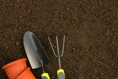 Trädgårds- arbete: krukor, hjälpmedel och extra utrymme för text Royaltyfri Foto
