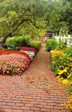 trädgårds- bana för tegelsten fotografering för bildbyråer