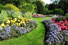 Trädgårds- bana och blomsterrabattar Royaltyfria Bilder