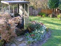 Trädgårds- bana och friggebod Arkivbild