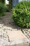 Trädgårds- bana på stenar med stora stentjock skiva Royaltyfria Foton