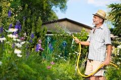 trädgårds- bevattna Arkivfoton