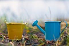 Trädgårds- bevattna kan och hinken Arkivfoton