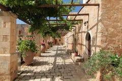 Trädgårds- borggård med blommor i keramiska krukar Royaltyfria Bilder