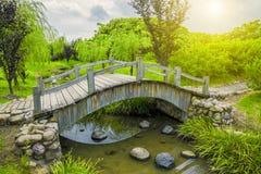 Trädgårds- bro Arkivbilder