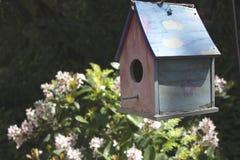 Trädgårds- fågelhus Arkivbild