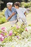 trädgårds- farfarsonson utomhus Arkivbild