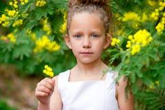 trädgårds- flicka för gulliga blommor Royaltyfri Fotografi