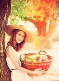 trädgårds- flicka för korgfrukter Arkivfoton