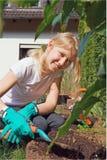 trädgårds- flickaworking Royaltyfri Foto